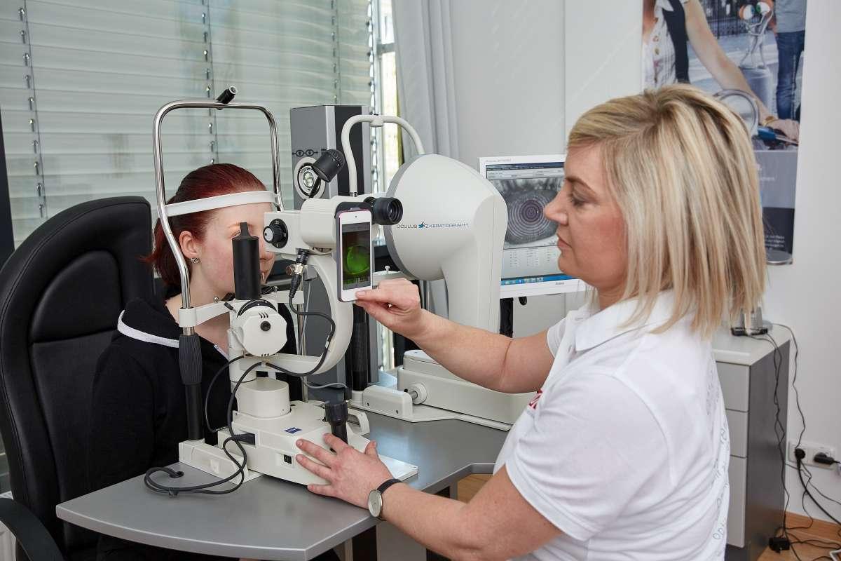 Überprüfung des Sitzverhaltens von Kontaktlinsen